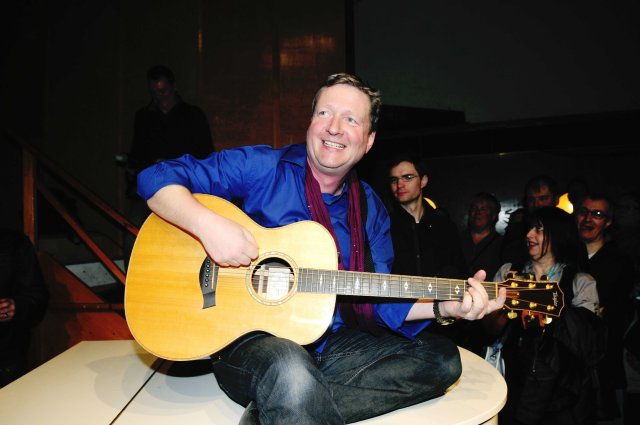 Strum Fantastic Ace: Glenn Tilbrook with his trusty acoustic guitar at Greenwich (Photo: Ferrari Press Agency)