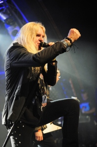 Iron First: Biff Byford leads the crowd in Hamburg in 2011 (Photo: Kai Swillus)