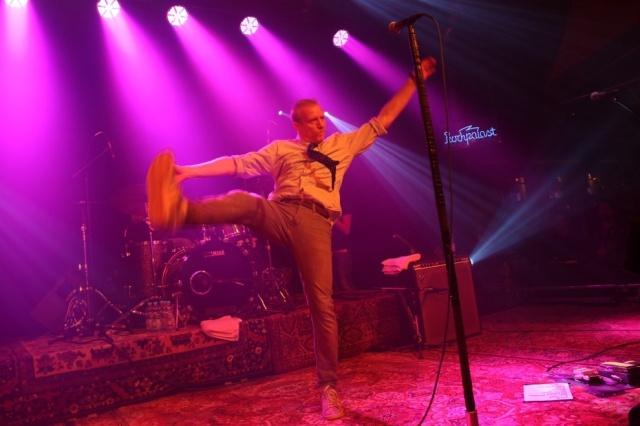 Barron's Night: Spin Doctors' vocalist Chris Barrow stretches out  (Photo: spindoctors.com)