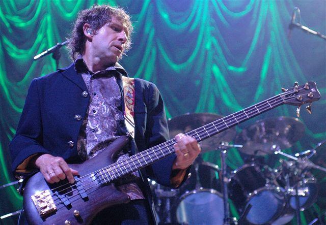Bass Instinct: Pete Trewavas in live action (Photo: www.metal-archives.com)