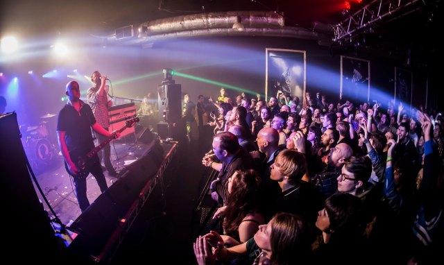 Bass Instinct: Martyn surveys his 53 Degrees audience (Photo copyright: Ian Rook,  @ianphotoboy,  www.ianrook.com)