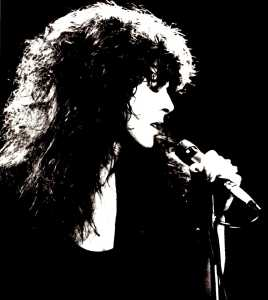 Profile Shot: Elkie Brooks at the mic.
