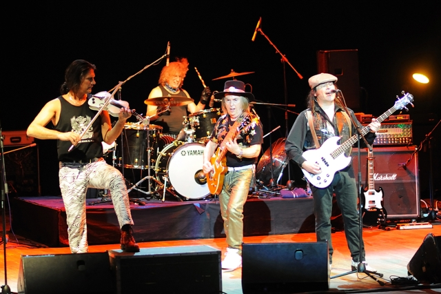 Alive Presence: Slade in Ekaterinburg, Russia - John Berry, Don Powell, Dave Hill, Mal McNulty